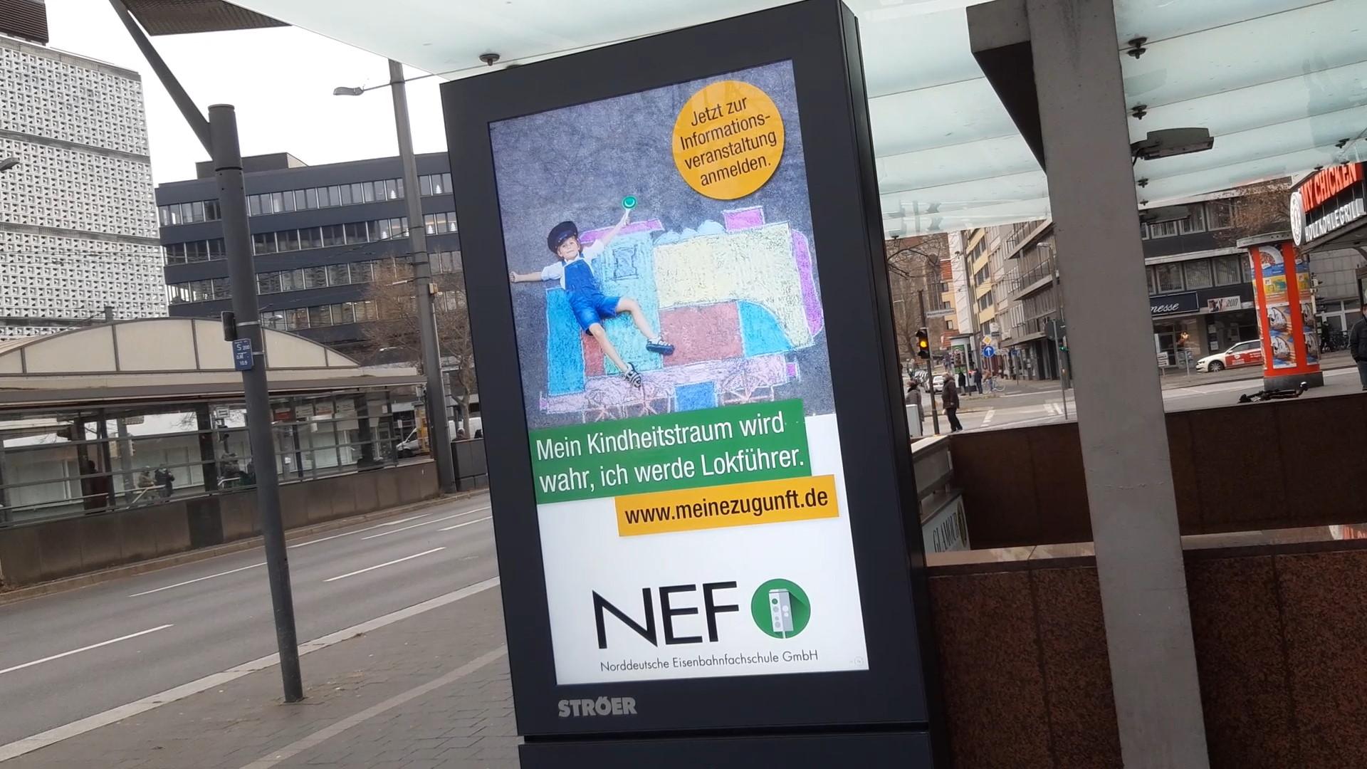 Infoscreens in Braunschweig und Wolfsburg werben mit Lokführer-Ausbildung bei der NEF
