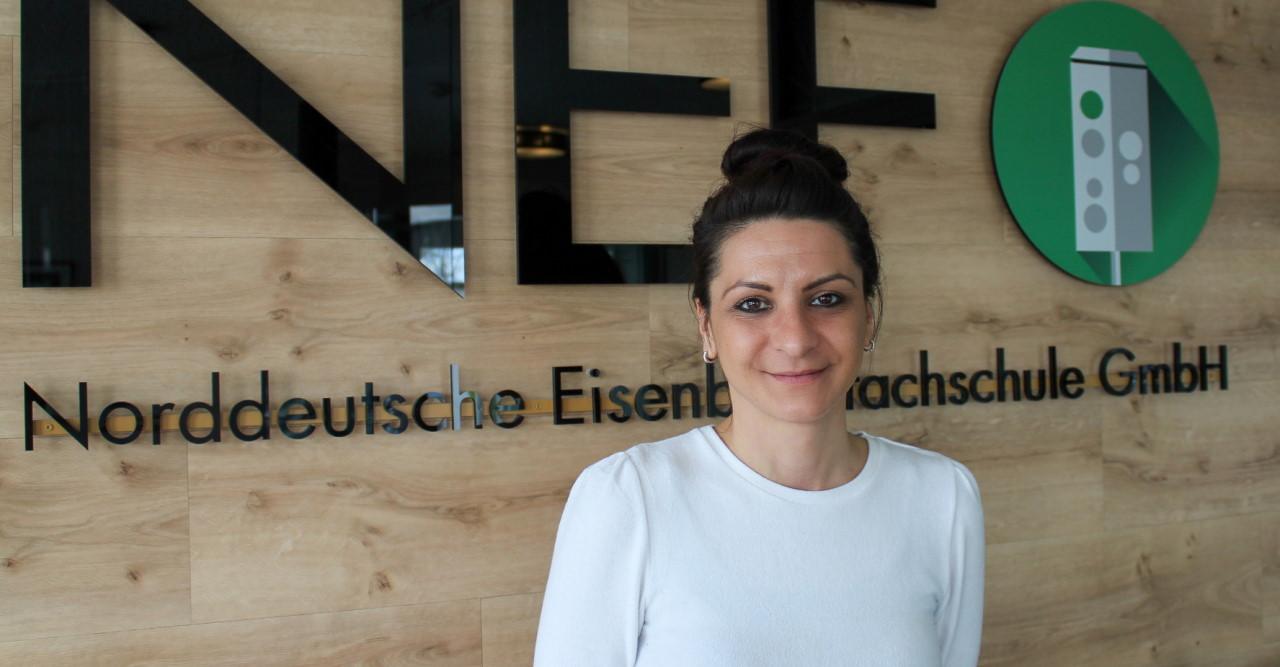Auf den ZUG gekommen: NEF-Absolventin & Lokführerin Gamze Dalay im Interview